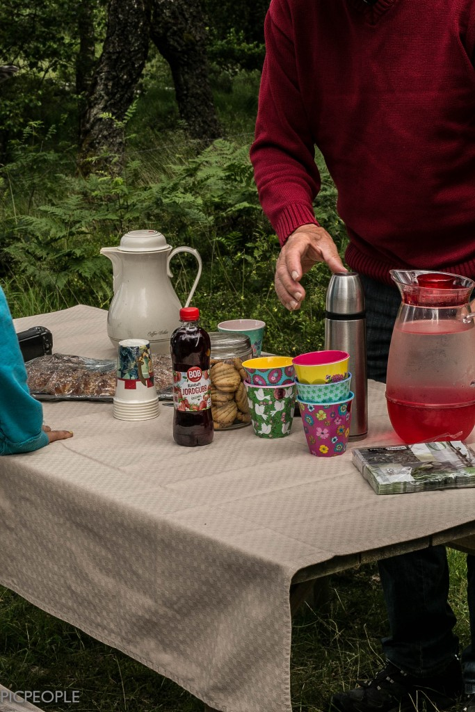 Krilles mor och far, Maj och Kurt, dök upp med kaffe och 3 sorters kakor. Och duk.  Bara en sån sak.
