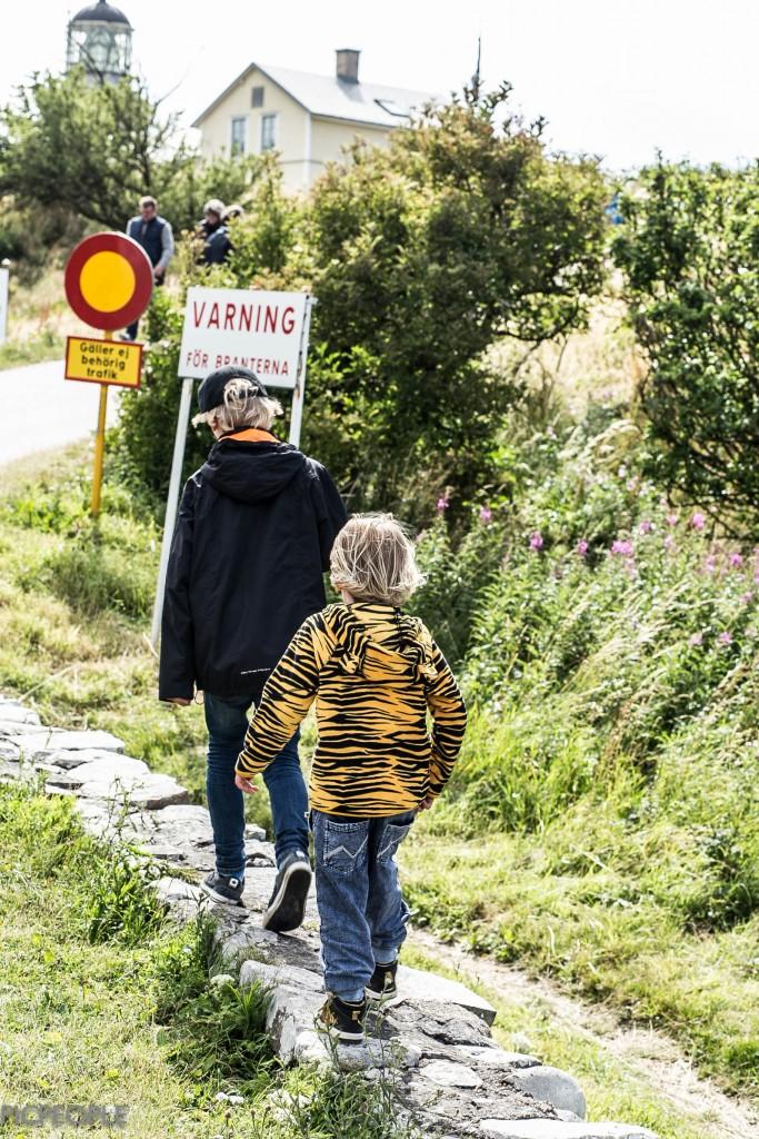 På väg upp till Kullens fyr. Det var väldigt avslappnat att ge sig dit med 5 (fem) kids som ju mer du ber dem vara försiktigt, inte springa, inte gå för nära kanten osv, gör just det du ber dem att INTE göra. Väldigt avslappnande promenad. Var det inte.