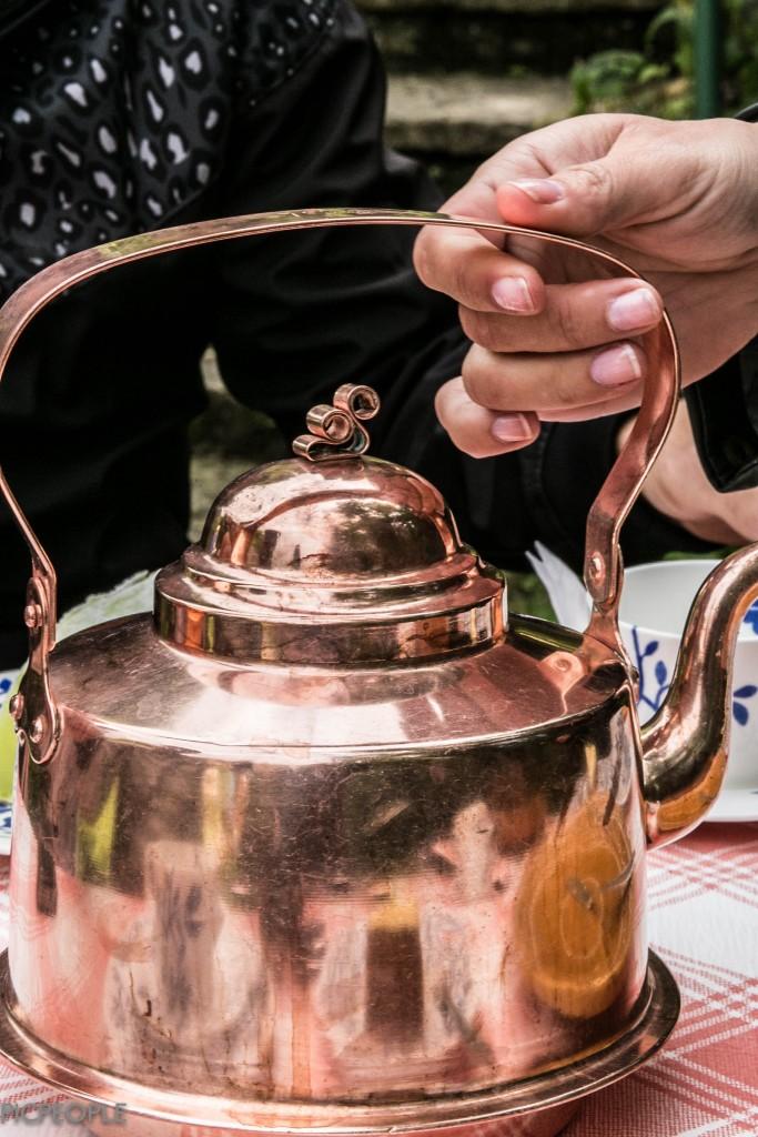Att få kaffet serverat i en kopparkittel...