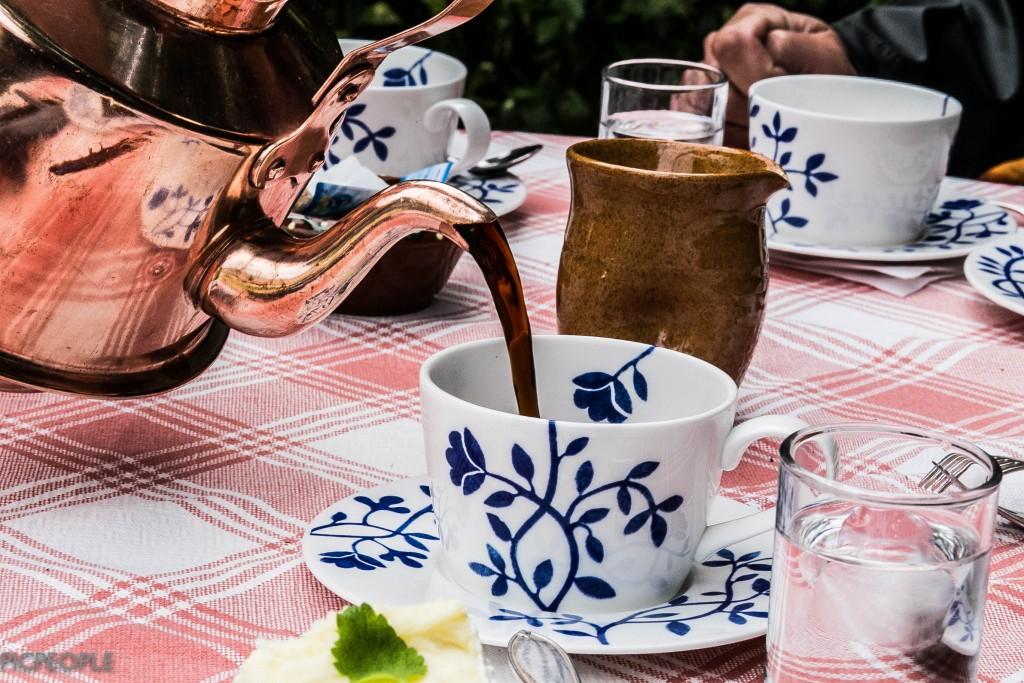 Får en kaffet i en kittel så får en också pröjsa för´t. Så kan vi säg. 50 kr koppen. Jajamensan. Yolo sa jag.