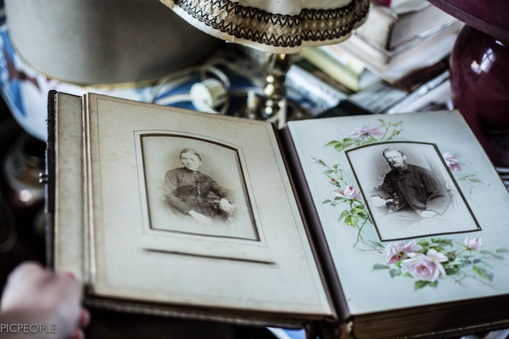 Ett fotoalbum, old style. Det fanns bara dessa två porträttbilder. Alla andra var urplockade... What´s the story med det liksom? Galet spännande.
