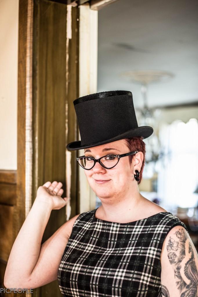 Hatten såg liksom oanvänd ut. Den låg i sin hattask (som säkert heter nåt fancy egentligen) tillsammans med vit fluga och två olika uppsättningar av vita handskar - ett par i skinn och ett par i bomull.