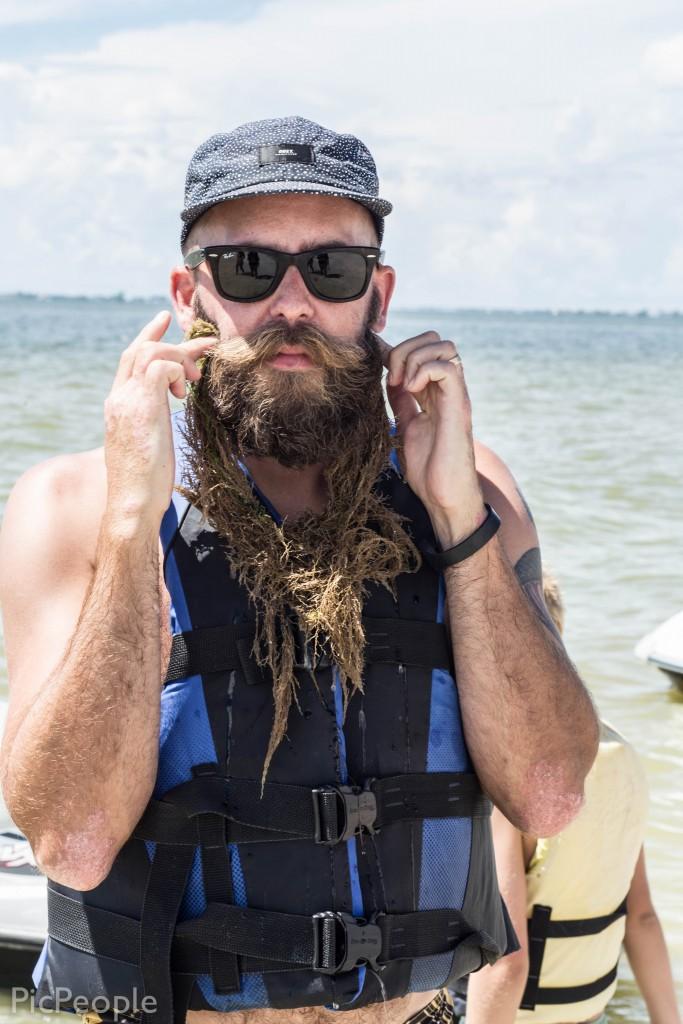 Någon tyckte tydligen inte att han hade tillräckligt långt skägg och provade en förlängning.