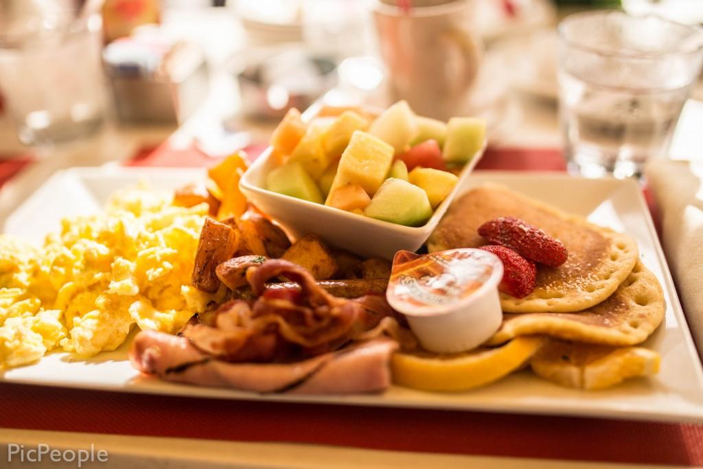 Jag behövde inte heller äta så värst mycket mer efter den här frukosttallriken. 800 spänn gick vår frulle lös på. Men va fan. Yolo liksom.