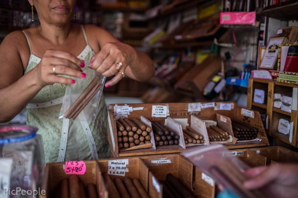 Sen köpte vi lite handmade cigars av en cubanska i en cigarrkiosk.