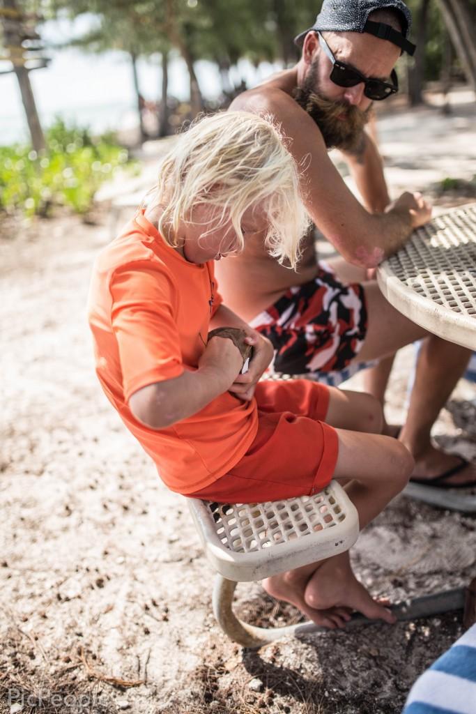 Han hittade en kokosnöt som han med en dåres envishet försökte få upp.