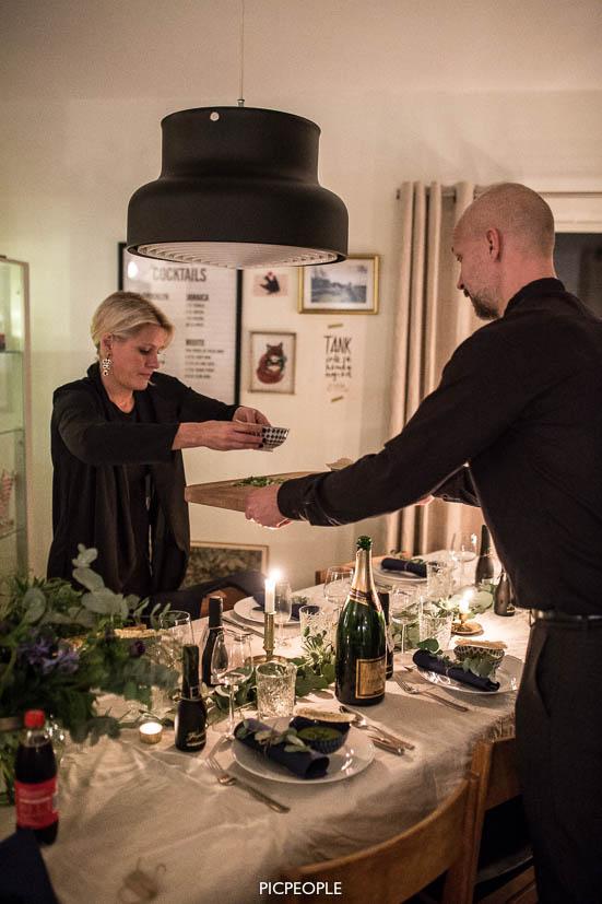 Förrätten preppas och serveras av Jens och Ida.