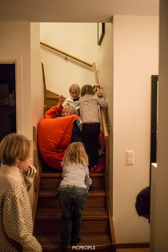 Väl inne igen uppfanns en ny lek; åka-Fatboy-ner-för-trappan-så-många-ungar-som-möjligt-på.
