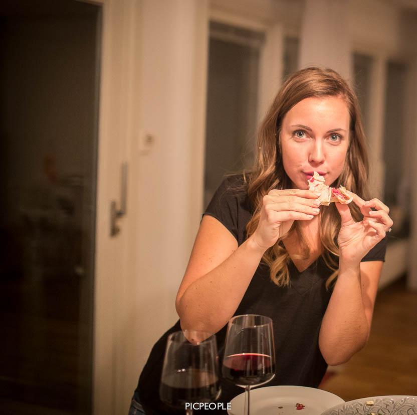 Cissi visar hur en äter en wrap och ser förförisk ut på samma gång. True talent.