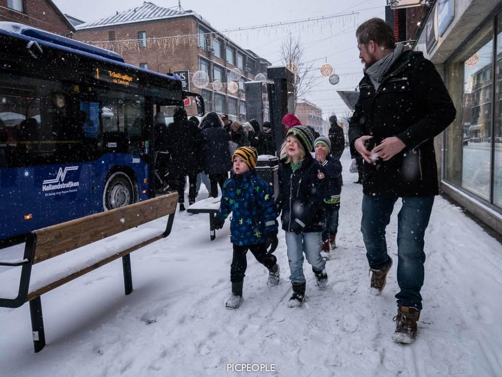 """Det ser ju hyfsat samlat ut på den här bilden. Men skenet bedrar. Att inta stadens gator med firma Hellström-Lindblom är en utmaning, kan jag meddela. Jag vrålade högt över stadens gator """"AKTA DET KOMMER BILAR!!!"""" så alla shoppande människor vände sig om och undrade vad jag var för en galning. Trots snöyra var min pattsvett episk."""
