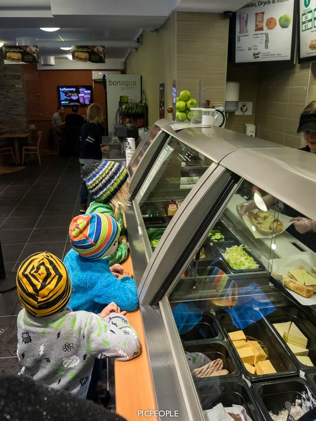 När 5 barn ska välja vilken sorts bröd, vilken sorts ost, vilken sorts kött, kall eller varm, vilken sorts grönsaker, vilken sås, vilken dricka osv, osv.