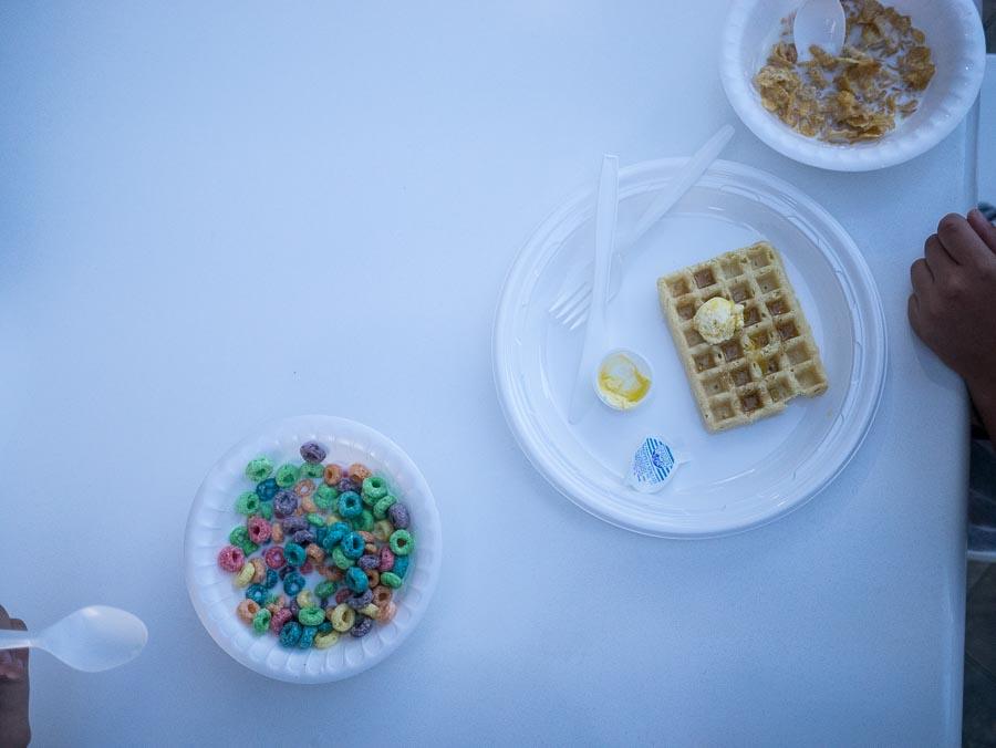 """En näringsrik frukost bestående av e-medelsflingor och Frosties. """"Ät så mycket du orkar nu Abbe, jag kommer aldrig nånsin köpa Frosties hemma. Bara så du vet."""""""